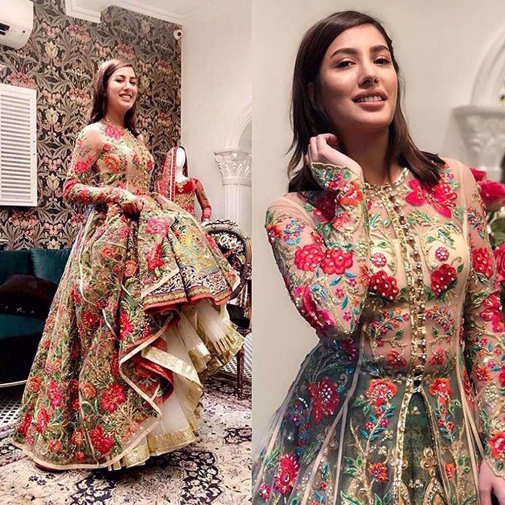 Picture of THE ONE AND ONLY MEHWISH HAYAT WEARING QUTUB MINAR